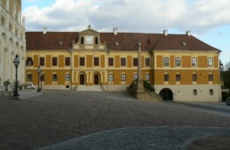 Pécs, Szent István tér térfalak színezése